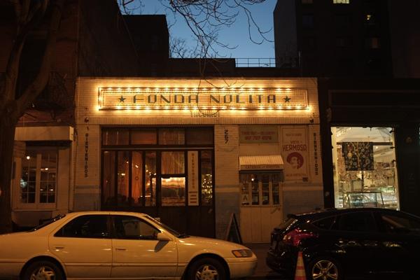 Empezaba a hacerse de noche y los restaurantes lucían sus mejores galas
