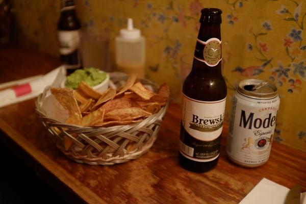 """La Brewski, una cerveza fabricada en la calle 7. Más local imposible. Y los """"nachos"""", que en realidad son plátano frito."""