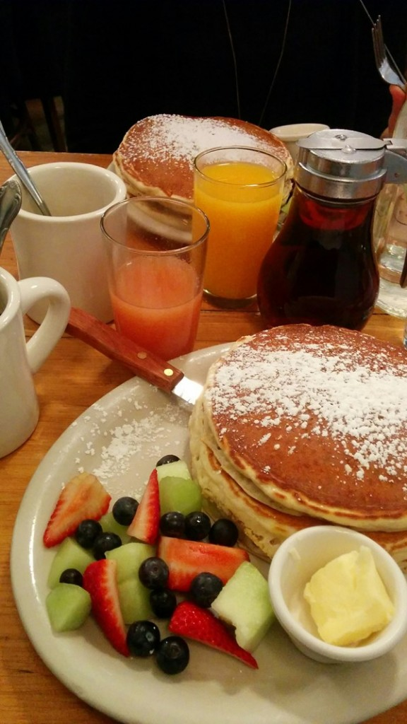 Pancakes, frutita, mucho sirope, bottomless coffee y zumos.